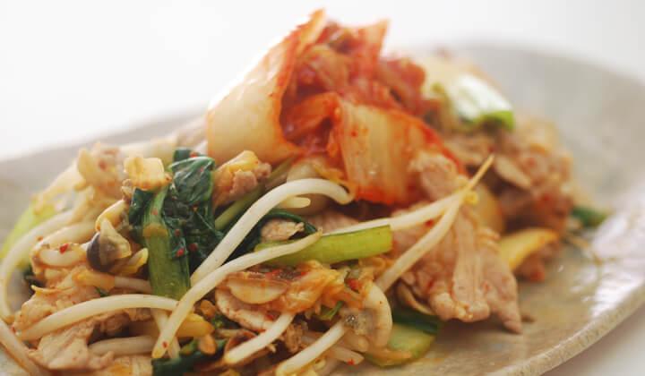 【10分レシピ】余り野菜で作る!簡単キムチ炒めの作り方