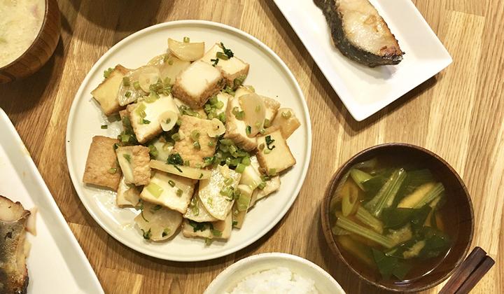 魚料理の付け合わせや副菜に◎厚揚げとかぶのにんにく醤油炒めレシピ